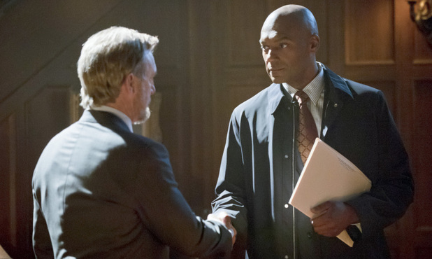 Jamey Sheridan as Robert Queen and Colin Salmon as Walter Steele in Arrow S01E21: 'The Undertaking'