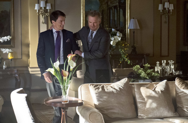 John Barrowman as Malcolm Merlyn and Jamey Sheridan as Robert Queen in Arrow S01E21: 'The Undertaking'