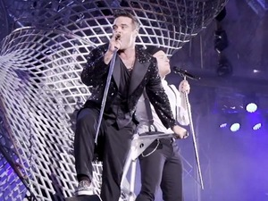Robbie Williams, Olly Murs perform 'Kids' in tour video.