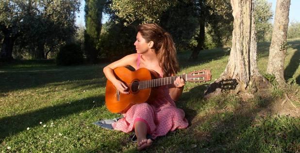Shaina Twain play guitar.
