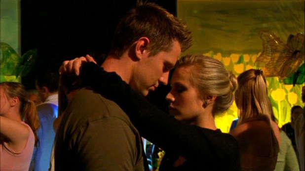 Jason Dohring and Kristen Bell in 'Veronica Mars'
