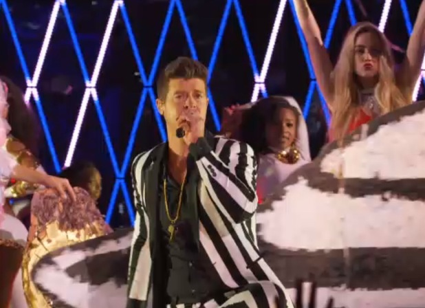 Robin Thicke performs at the MTV VMAs