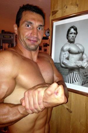 Wladimir Klitschko tries to emulate Arnold Schwarzenegger