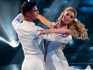 Aljaz Skorjanec and Abbey Clancy dance a stunning Waltz.