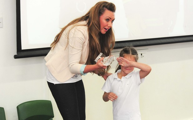 Michelle Heaton presents Kelly Kingw ith the Little Heroes award