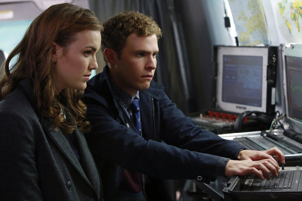 Elizabeth Henstridge as Simmons and Iain De Caestecker as Fitz in 'Agents of SHIELD' S01E04: 'Eye Spy'