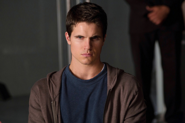 Robbie Amell as Stephen in 'The Tomorrow People' S01E02 'In Too Deep'