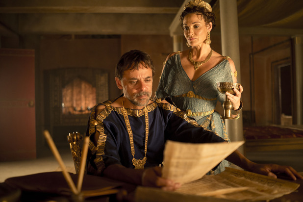 Minos (Alexander Siddig) and Pasiphae (Sarah Parish) in Atlantis episode 7: Rules of Engagement