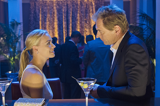 Yvonne Strahovski as Hannah McKay and Julian Sands as Miles Foster in 'Dexter' S08E07