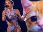 Miley Cyrus sings with a cat at AMAs 2013