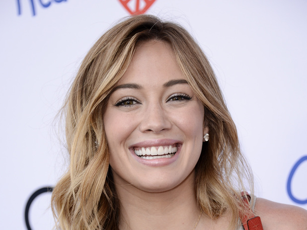 The 30-year old daughter of father Robert Erhard Duff and mother Susan Colleen Cobb, 155 cm tall Hilary Duff in 2018 photo