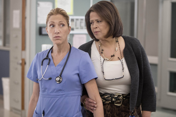 Edie Falco as Jackie Peyton and Anna Deavere Smith as Gloria Akalitus in Nurse Jackie S05E04
