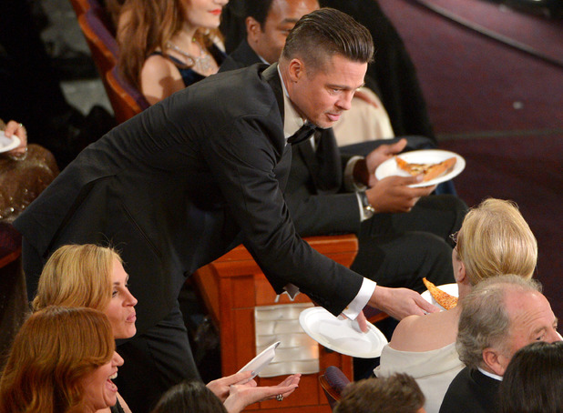 Brad Pitt shares out Pizza to Meryl Streep at the Oscars