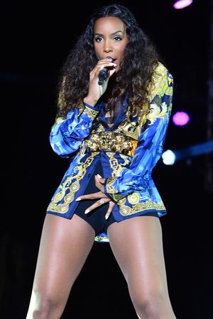 Kelly Rowland performs after attending Music Choice Backstage Lounge of Jazz In The Gardens at Sun Life Stadium