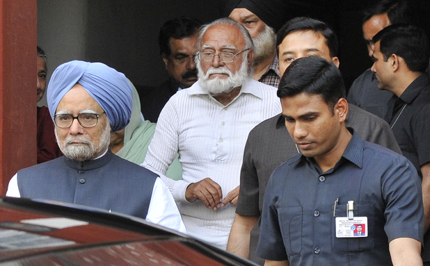 India's prime minister Manmohan Singh pays final respects to Khushwant Singh