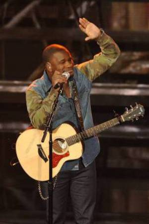 C.J. Harris and Dexter Roberts perform on American Idol as part of the Top 8 performances