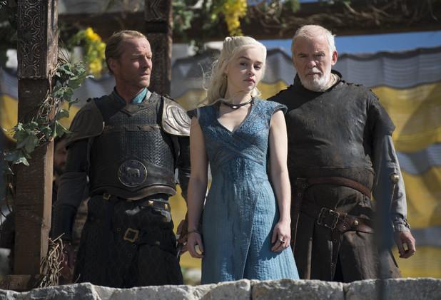 Iain Glen as Jorah Mormont, Emilia Clarke as Daenerys Targaryen, Ian McElhinney as Barristan Selmy in Game of Thrones S04E04: 'Oathkeeper'