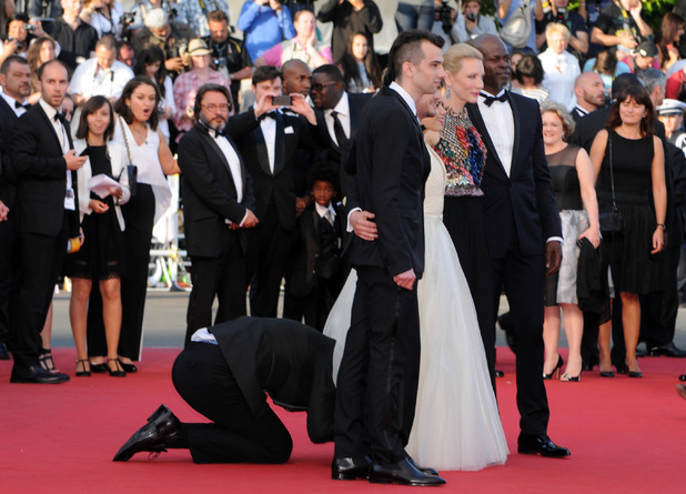 How To Train Your Dragon 2 Premiere - Man crawls under America Ferrera's dress