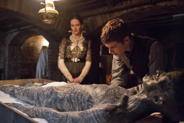 Eva Green as Vanessa Ives and Harry Treadaway as Dr. Victor Frankenstein in Penny Dreadful S01E02