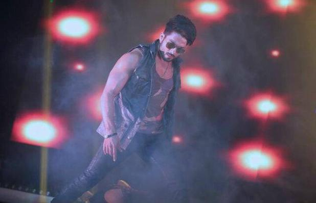 Shahid Kapoor performing at Bollywood Showstoppers