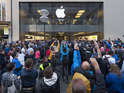 Apple's bitter rival lavishes gifts on those queuing for a new iPhone.