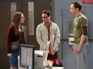Johnny Galecki as Leonard, Mayim Bialik as Amy and Jim Parsons as Sheldon in The Big Bang Theory S08E01: 'The Locomotion Interruption'