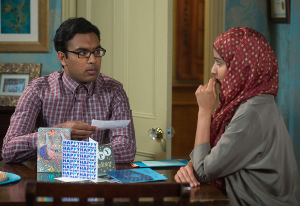 Tamwar is shocked when Shabnam gives him a cheque for £10,000.