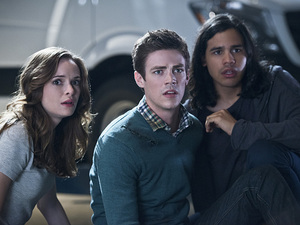 Danielle Panabaker as Caitlin Snow, Grant Gustin as Barry Allen and Carlos Valdes as Cisco Ramon in The Flash S01E07: 'Power Outage'