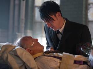 John Doman & Robin Lord Taylor in Gotham S01E22: 'All Happy Families Are Alike'