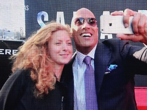 Dwayne Johnson breaks the world selfie record at the world premiere of San Andreas